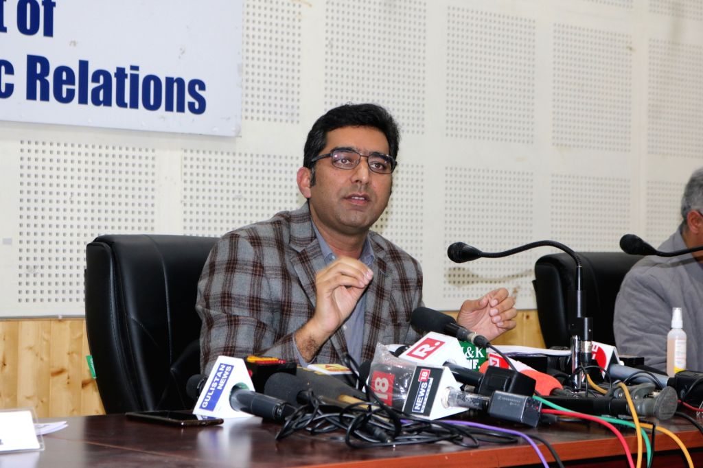 Srinagar District Magistrate Shahid Iqbal Choudhary addresses a press conference in Srinagar on Apr 9, 2020. Talking to the media, Choudhary termed the coronavirus scenario worrisome but also assured that the administration was doing its best to cont