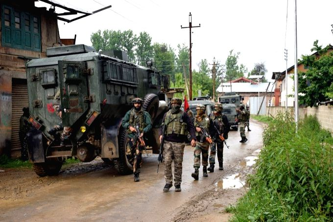 Srinagar, June 7 (IANS) Pakistan army resorted to ceasefire violation on the line of control (LoC) in the Kupwara and Baramulla districts of J&K on Sunday.