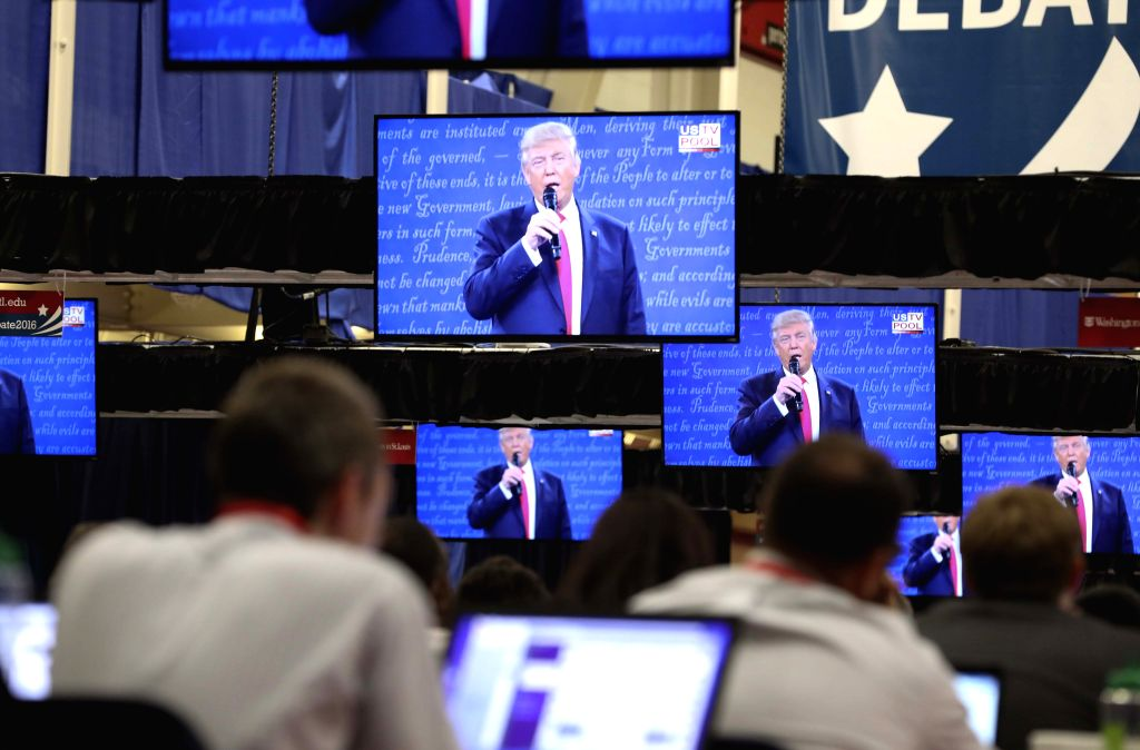 ST.Media reporters watch the second presidential debate at Washington University in St. Louis, the United States, on Oct. 9, 2016.