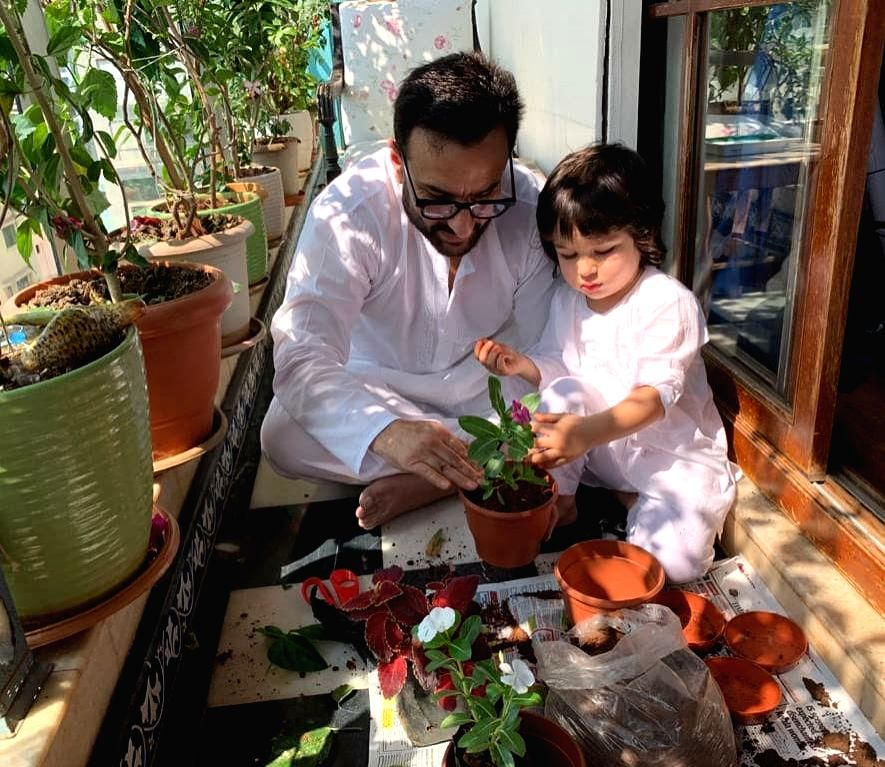 Star couple Saif Ali Khan and Kareena Kapoor Khan know the best how to keep their little kid Taimur entertained while abiding by Janata Curfew on Sunday, and staying indoors in the wake of ... - Saif Ali Khan and Kareena Kapoor Khan