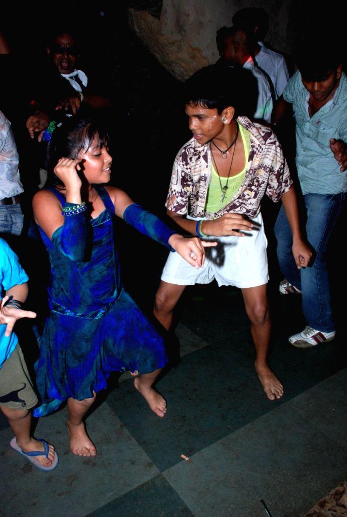 """Star Kids dancing at the sucess bash of Color's TV serial """"Utran""""."""