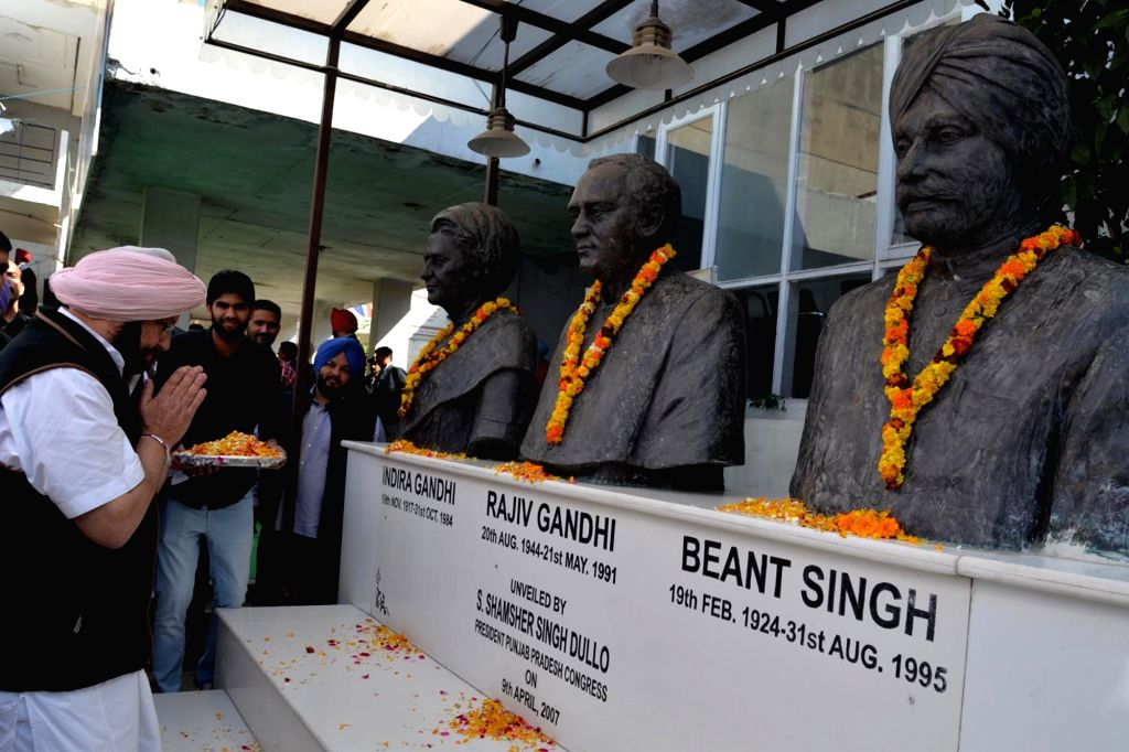 State Congress Chief Amarinder Singh pays tribute to Late former Prime Ministers Indira Gandhi, Rajiv Gandhi in Chandigarh on March 12, 2017. - Ministers Indira Gandhi and Rajiv Gandhi
