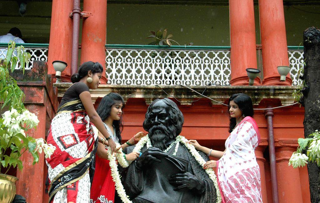 Student of Rabindra Bharati pay tribute to Nobel laureate poet Rabindranath Tagore at his birthplace Jorasanko Thakurbari on his death anniversary in Kolkata on Aug 8, 2014.
