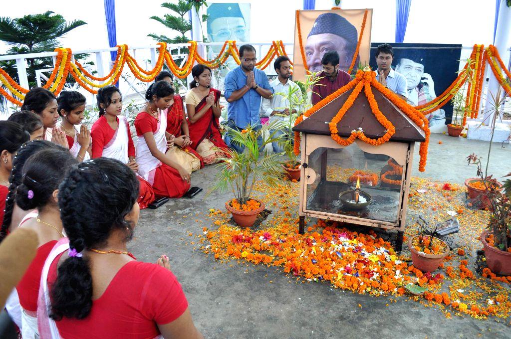 Students pay tribute to legendary singer Bhupen Hazarika on his 88th birth anniversary at Jalukbari in Guwahati on Sept 8, 2014.
