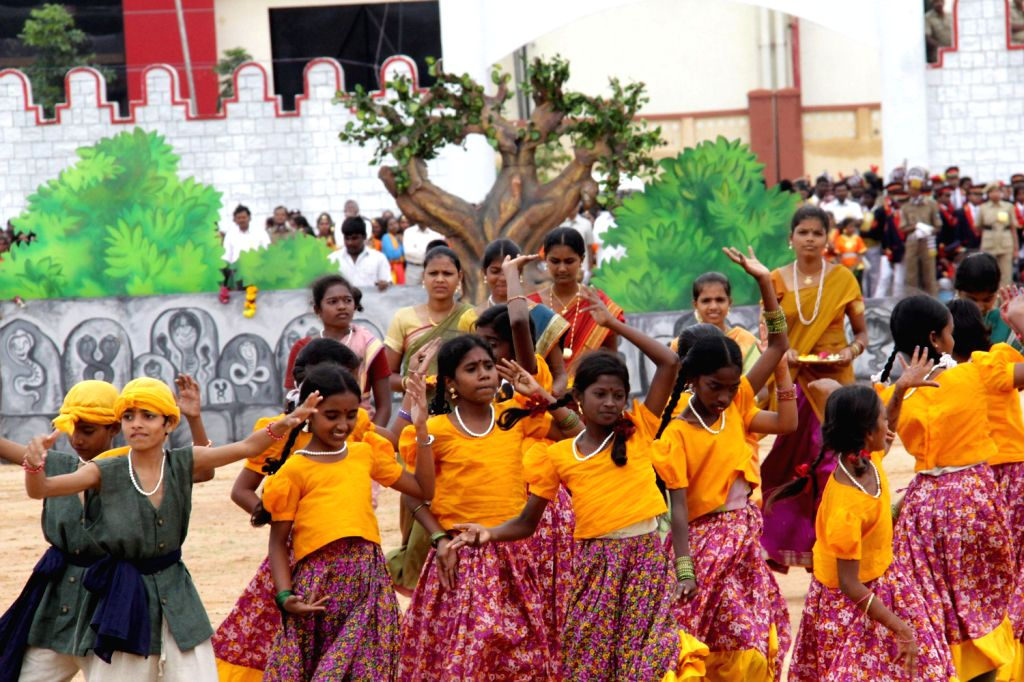 Students performing  during Independence Day parade at Manekshaw Parade Grounds in Bangalore on Thursday 15th August 2013. (Photo::: IANS)