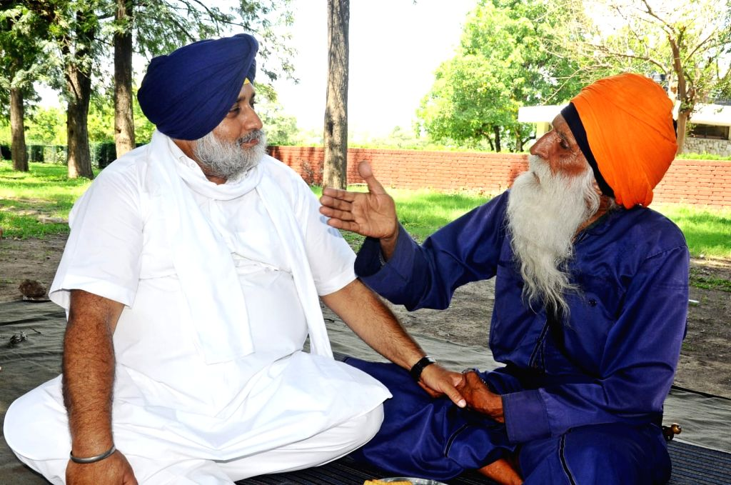 Sukhbir interacts with elderly protest to support farmers' cause