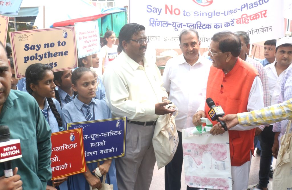 """Sulabh International Founder Bindeshwar Pathak leads """"Say No To Single Use Plastic"""" campaign organsied by Sulabh International at Connaught Place in New Delhi on Sep 12, 2019."""