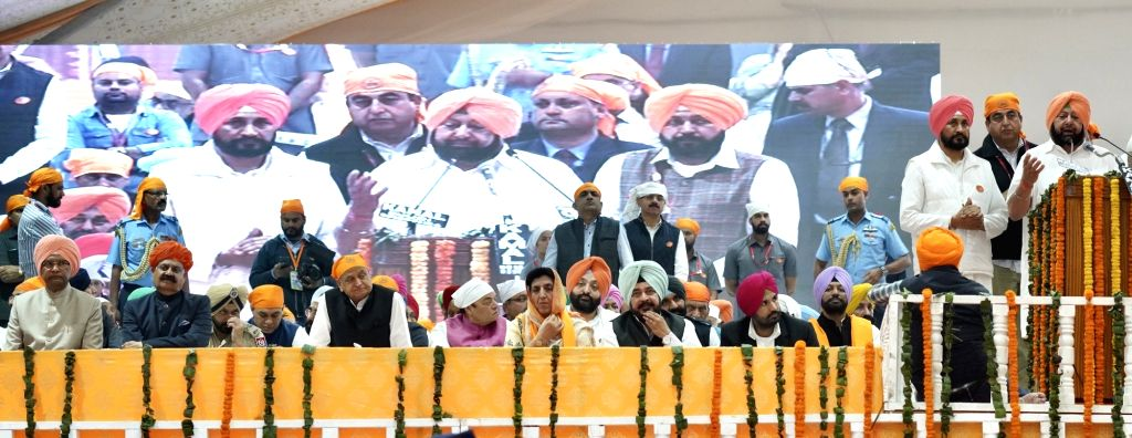 Sultanpur Lodhi: Punjab Chief Minister Captain Amarinder Singh addresses during the 55oth birth anniversary celebrations of Guru Nanak Dev in Sultanpur Lodhi, Punjab on Nov 12, 2019. Also seen Punjab ... - Captain Amarinder Singh, Nanak Dev and Charanjit Singh Channi