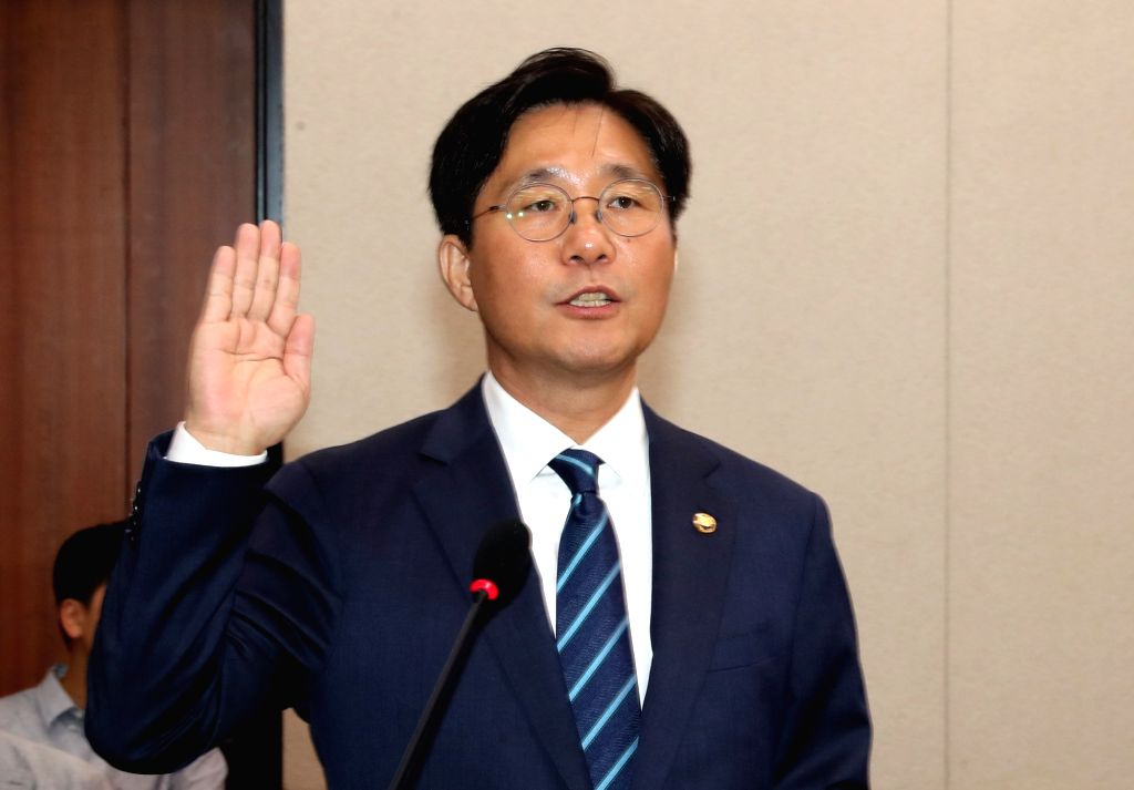 Sung Yun-mo, the nominee for the position of the trade, industry and energy minister, takes an oath at the start of his parliamentary confirmation hearing in Seoul on Sept. 19, 2018.