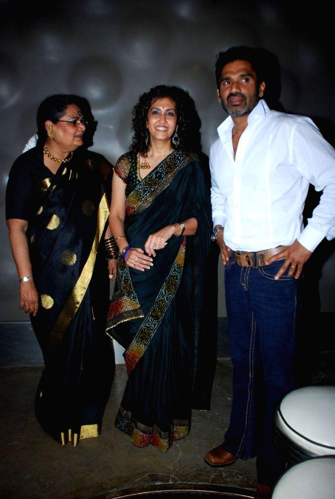 Sunil Shetty, Javed Akhtar at Mohyna Srinivasan book launch at  Blue Frog.