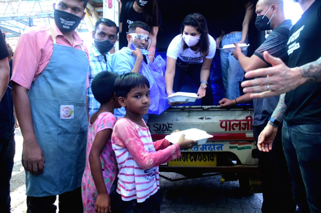 Sunny Leone & Husband Daniel Weber Distributing Food To The Poor In Bandra East on 06 june,2021. - Sunny Leone