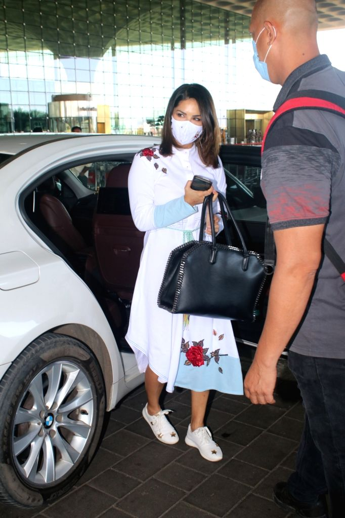 Sunny Leone Spotted at Airport Departure On Wednesday 31th March, 2021. - Sunny Leone
