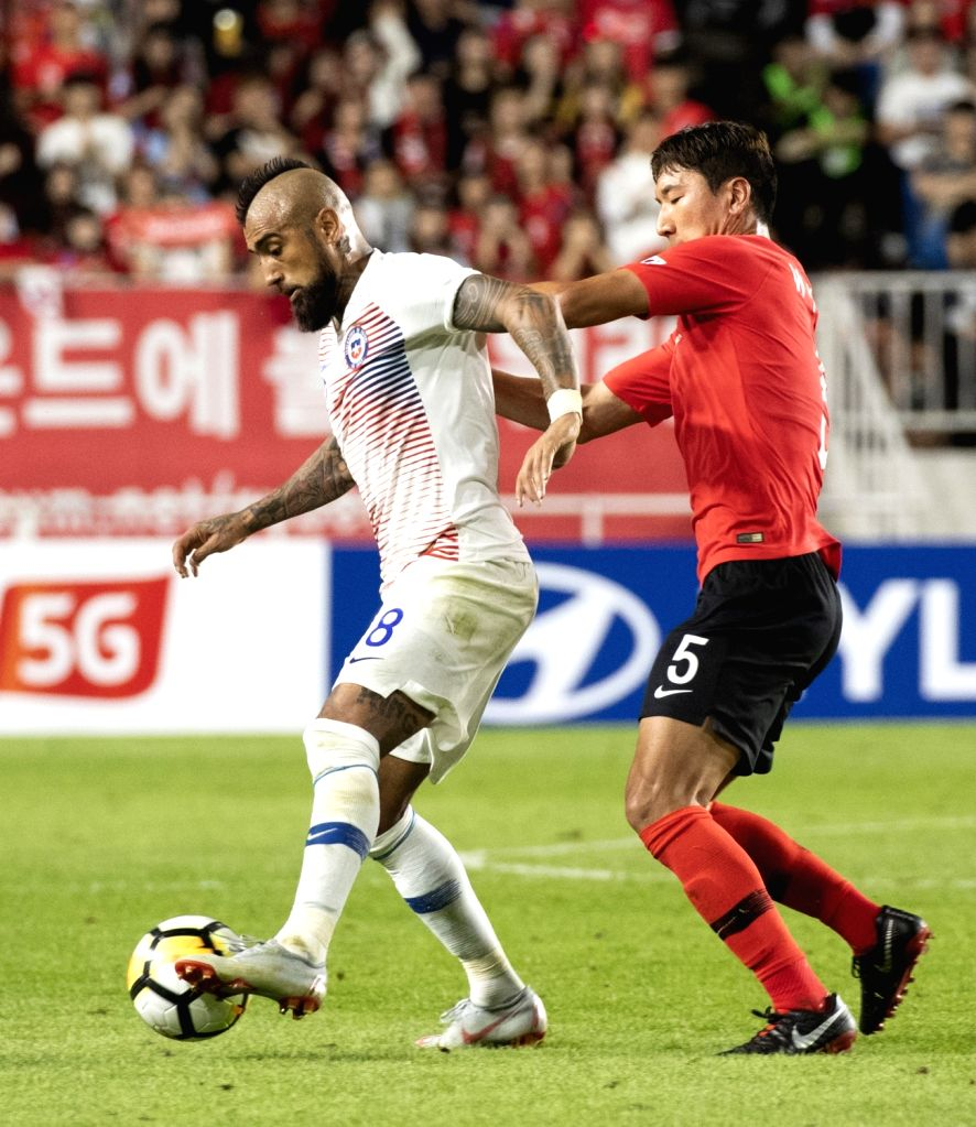 SUWON, Sept. 12, 2018 - Jung Wooyoung (R) of South Korea vies with Chile's Artuso Vidal during a friendly soccer match between South Korea and Chile at Suwon World Cup Stadium in Suwon,South Korea, ...
