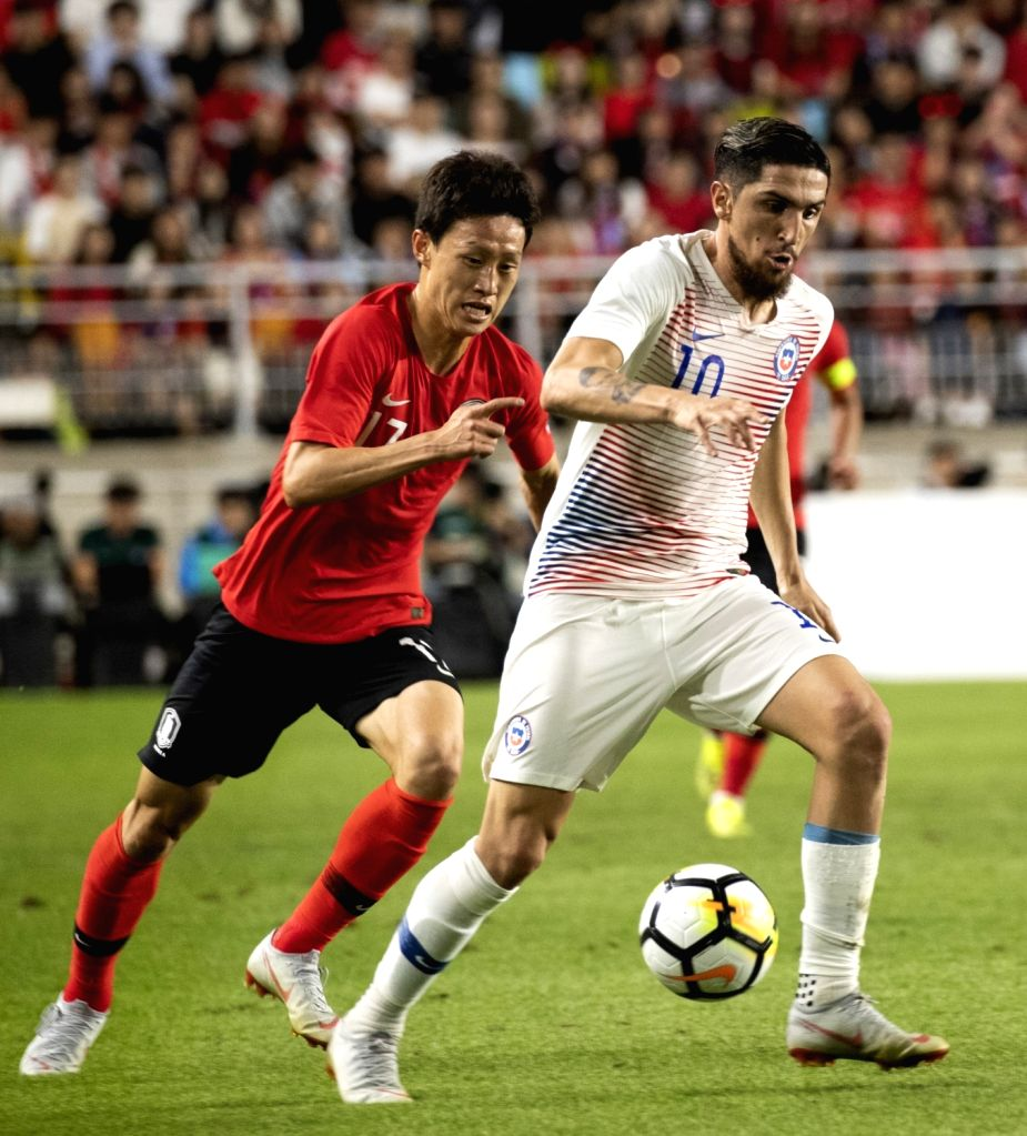 SUWON, Sept. 12, 2018 - Lee Jaesung (L) of South Korea vies with Diego Valdes of Chile during a friendly soccer match between South Korea and Chile at Suwon World Cup Stadium in Suwon, South Korea, ...