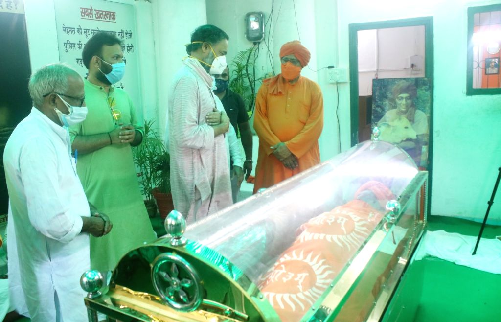 Swaraj India founder and activist Yogendra Yadav pays tributes to social activist Swami Agnivesh at his residence in New Delhi, on Sep 12, 2020. - Yogendra Yadav