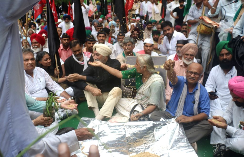 Swaraj India leader Yogendra Yadav and social activist Medha Patkar join farmers' protest against  the Central Government in New Delhi on July 20, 2018. - Yogendra Yadav