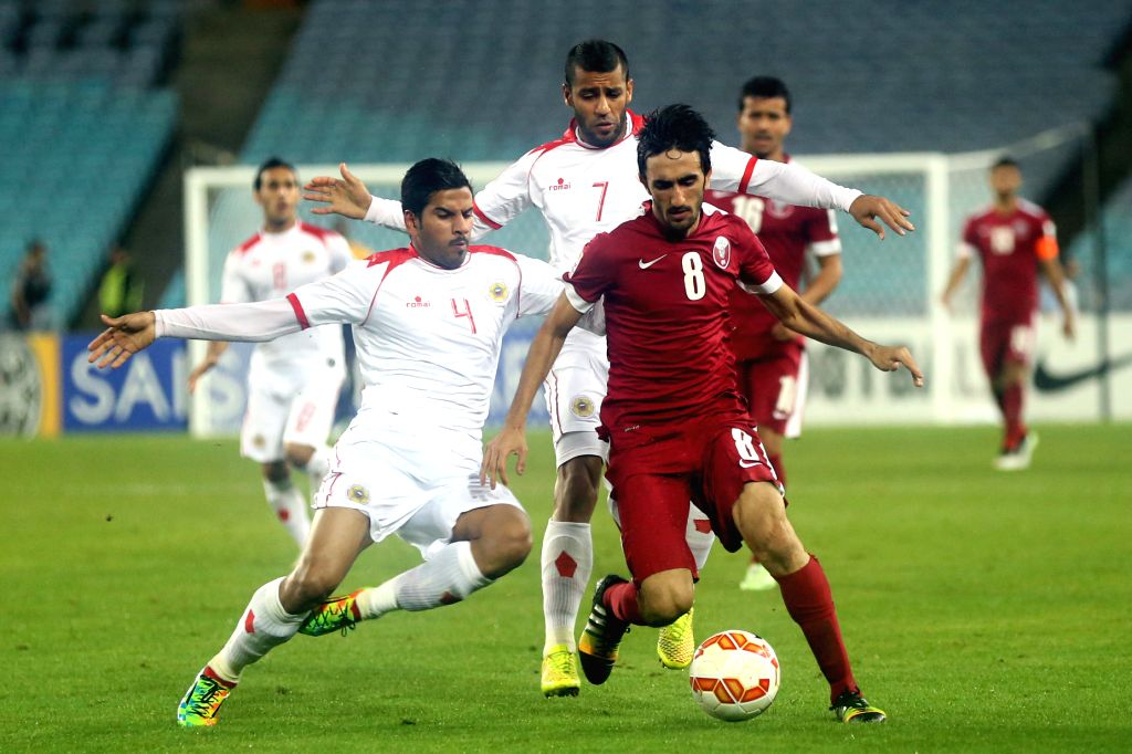 Qatar's Ali Asadalla Thaimn (front R) fights with Bahrain's Sayed Dhiya Shubbar (L) and Abdulwahab Ali Alsafi during their Group C match at the AFC Asian Cup in ...