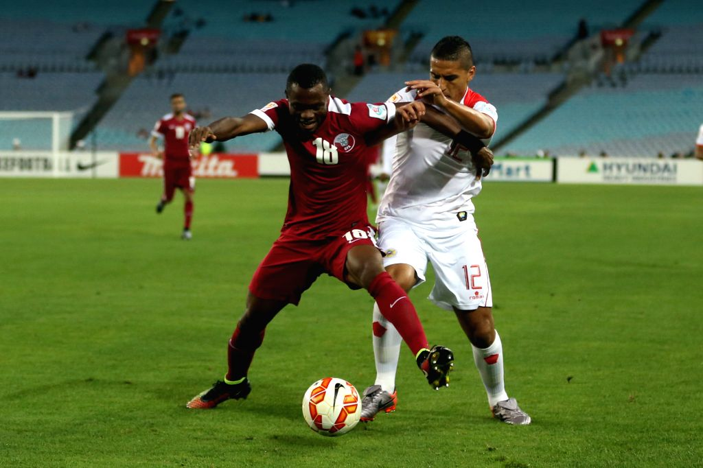 Qatar's Mohammed Abdullah Tresor (L) fights with Bahrain's Faouzi Aish during their Group C match at the AFC Asian Cup in Sydney, Australia, Jan. 19, 2015. Bahrain ...