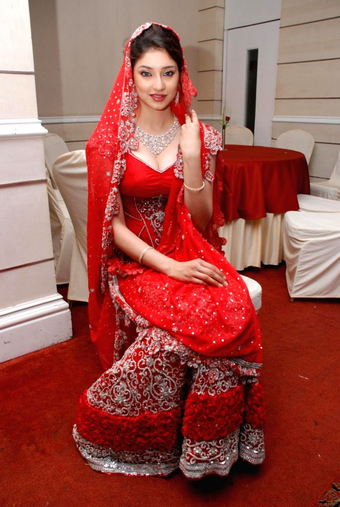 Tanvi Vyas showcased designer Neeta Lulla's bridal collection at the Indian Wedding Carnival, Mayfair Rooms in Mumbai.