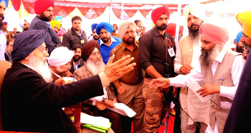 Tarn Taran: Punjab Chief Minister Parkash Singh Badal during a Sangat Darshan programme at Khadoor Sahib near Tarn Taran, Punjab on Nov 27, 2015. - Parkash Singh Badal