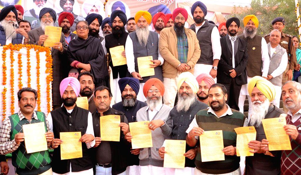 Tarn Taran: Punjab Chief Minister Parkash Singh Badal during a function organised to disburse compensation cheques to border area farmers at Khalra (Tarn Taran) on Nov 30, 2016. - Parkash Singh Badal