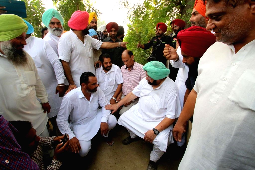 Tarn Taran: Punjab Congress chief Captain Amarinder Singh interacts with border residents and displaced persons in relief camps at border village Chinna Bidhi Chand in Taran Taran on Oct 4, 2016. - Amarinder Singh