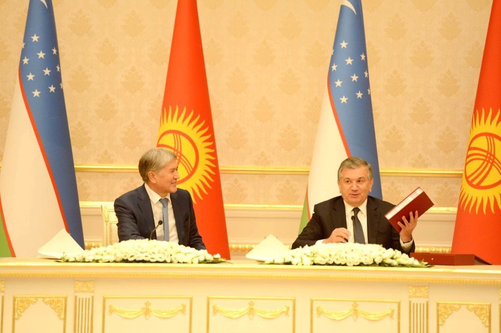TASHKENT, Oct. 6, 2017 - Uzbek President Shavkat Mirziyoyev (R) and visiting Kyrgyz President Almazbek Atambayev attend a press conference in Tashkent, capital of Uzbekistan, on Oct. 5, 2017.