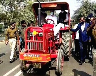 Tejashwi reached the assembly by driving a tractor, said, the government is keeping farmers in check.