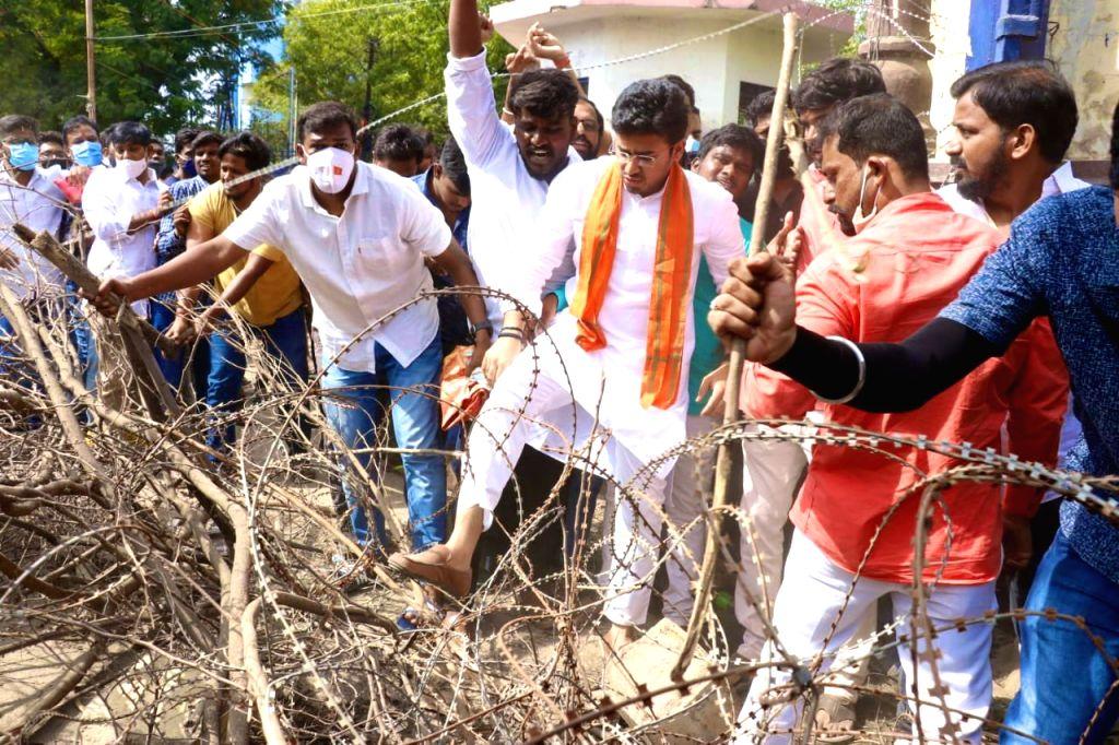 Tejasvi Surya removes police barricades to enter OU campus