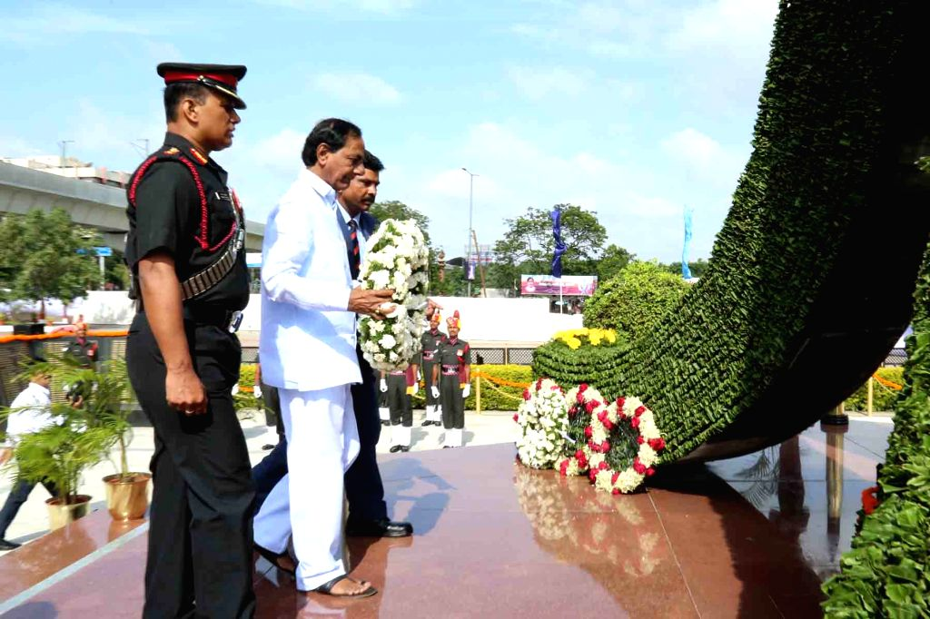 Telangana Chief Minister K Chandrasekhar Rao  lays wreath at Veerula Sainik Smarak on Independence Day in Secunderabad on Aug 15, 2016. - K Chandrasekhar Rao