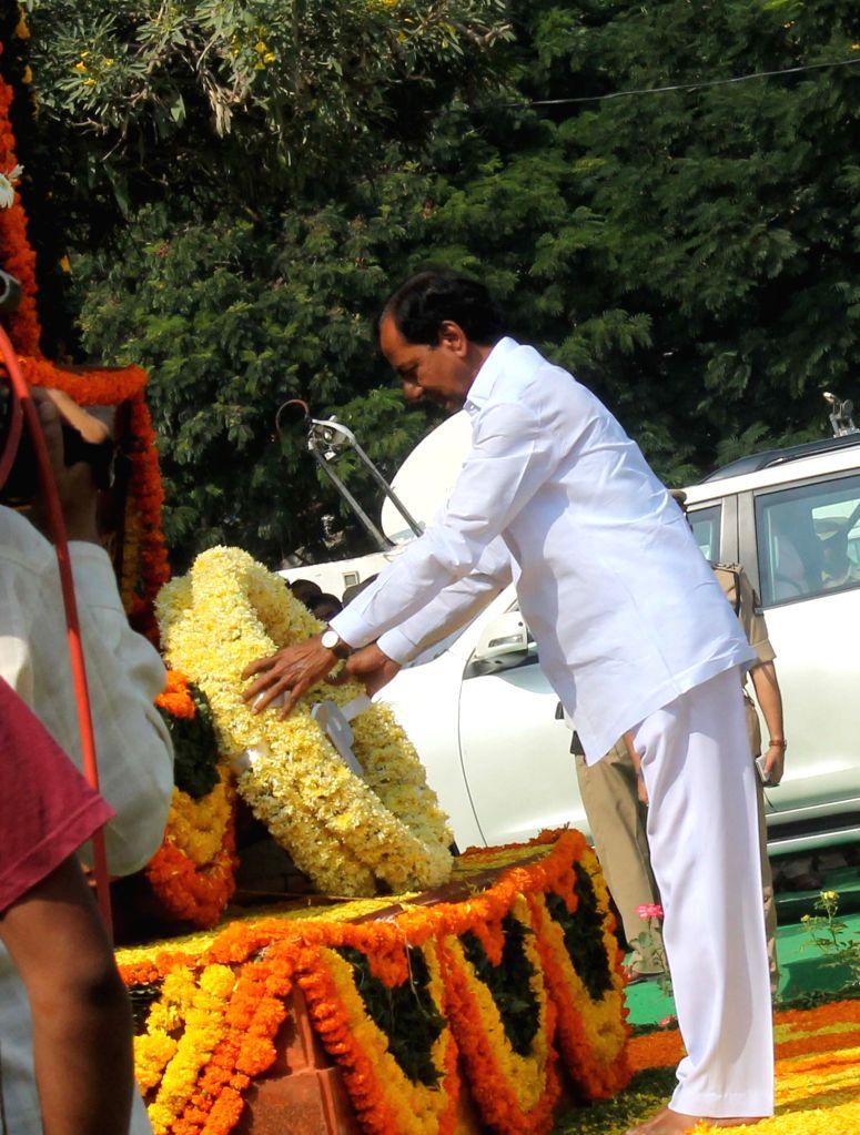 Telangana Chief Minister K Chandrasekhar Rao pays homage to martyrs  during  Police Commemoration Day Parade in Hyderabad, on Oct 21, 2015. (Photo: IANS) . - K Chandrasekhar Rao