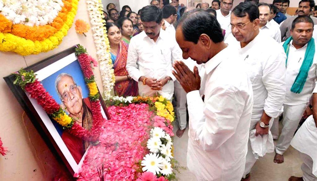 Telangana Chief Minister K. Chandrashekar Rao pays tributes to state assembly speaker P. Srinivas Reddy's mother Parige Papavva, who passed away, in Nizamabad on Feb 7, 2019. - K. Chandrashekar Rao and P. Srinivas Reddy
