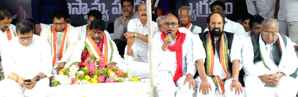 Telangana Congress leaders Mohammed Ali Shabbir, K. Jana Reddy, Mallu Bhatti Vikramarka, N. Uttam Kumar Reddy and V. Hanumantha Rao during a 36-hour hunger strike launched  by them to ... - K. Jana Reddy and V. Hanumantha Rao
