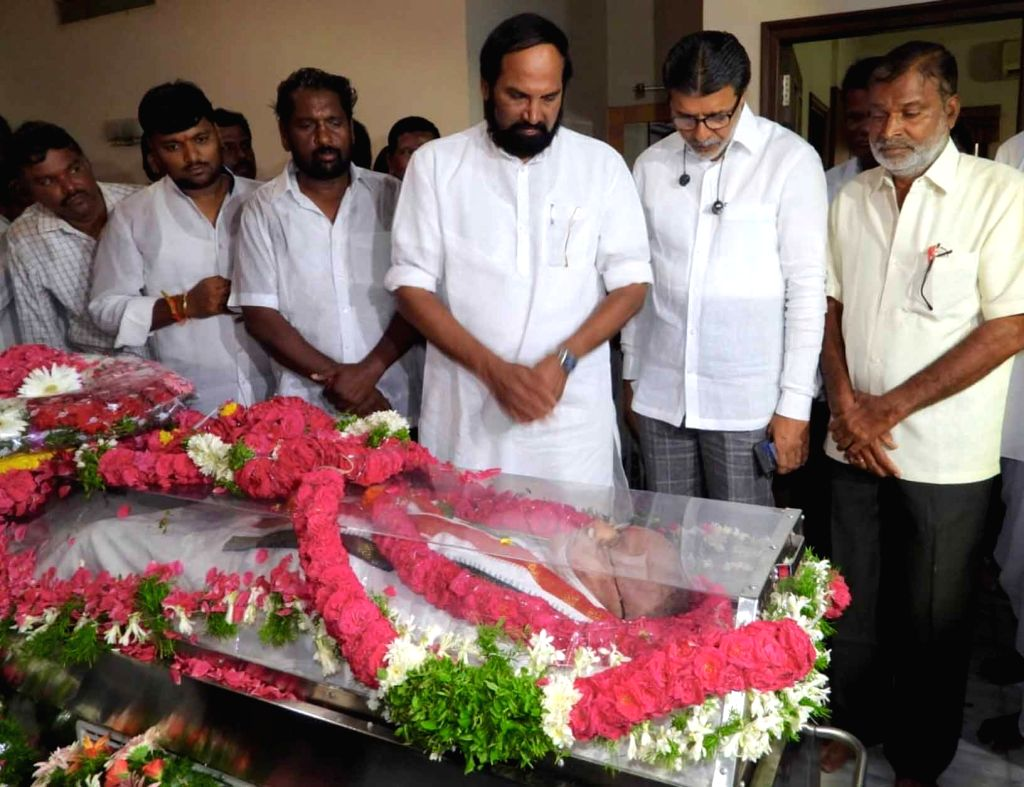 Telangana Congress president N Uttam Kumar Reddy pays homage to senior Congress leader and former Union minister S. Jaipal Reddy in Hyderabad on July 28, 2019. Jaipal Reddy passed away in ... - S. Jaipal Reddy