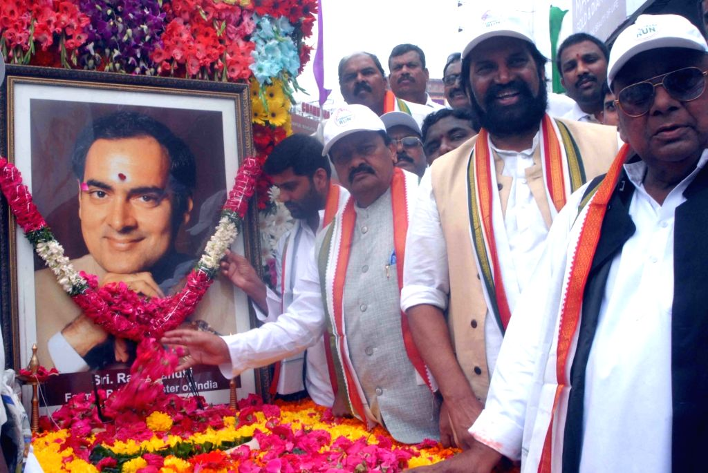 Telangana Congress president Uttam Kumar Reddy pays tribute to former Prime Minister Late Rajiv Gandhi on his birth anniversary in Hyderabad on Aug 20, 2017. - Late Rajiv Gandhi and Uttam Kumar Reddy