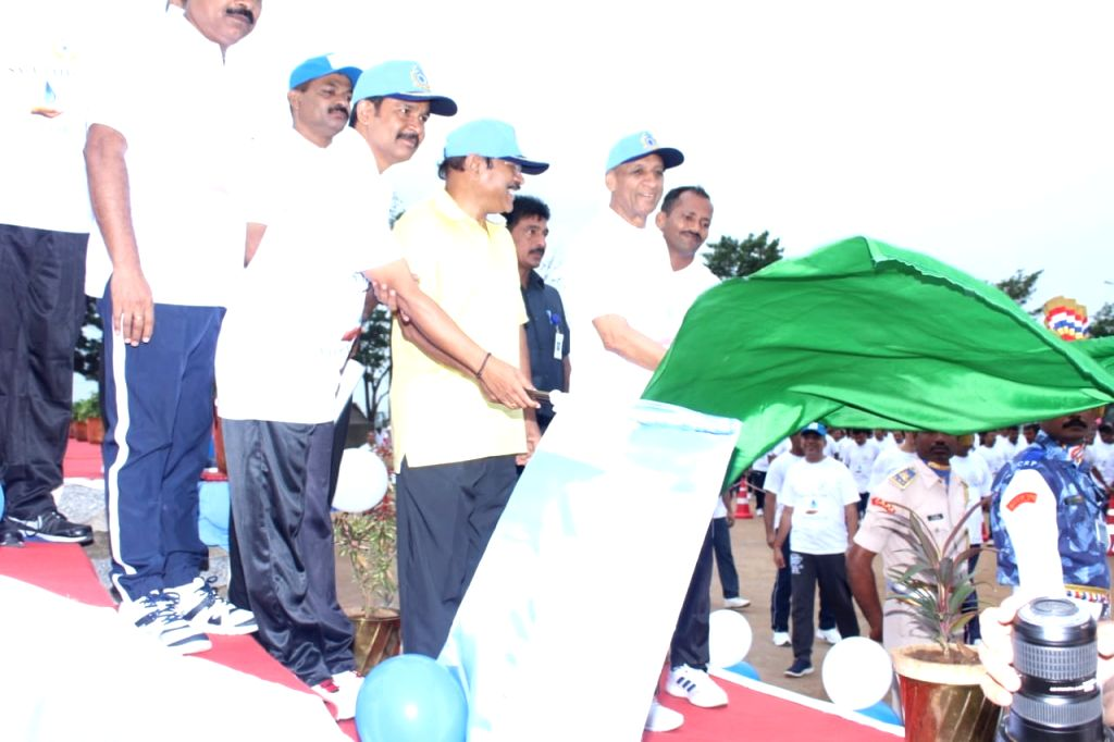 """Telangana Governor ESL Narasimhan flag off """"5k Run"""" on the occasion of CRPF's 81st Raising Day celebration in Hyderabad on July 28, 2019."""
