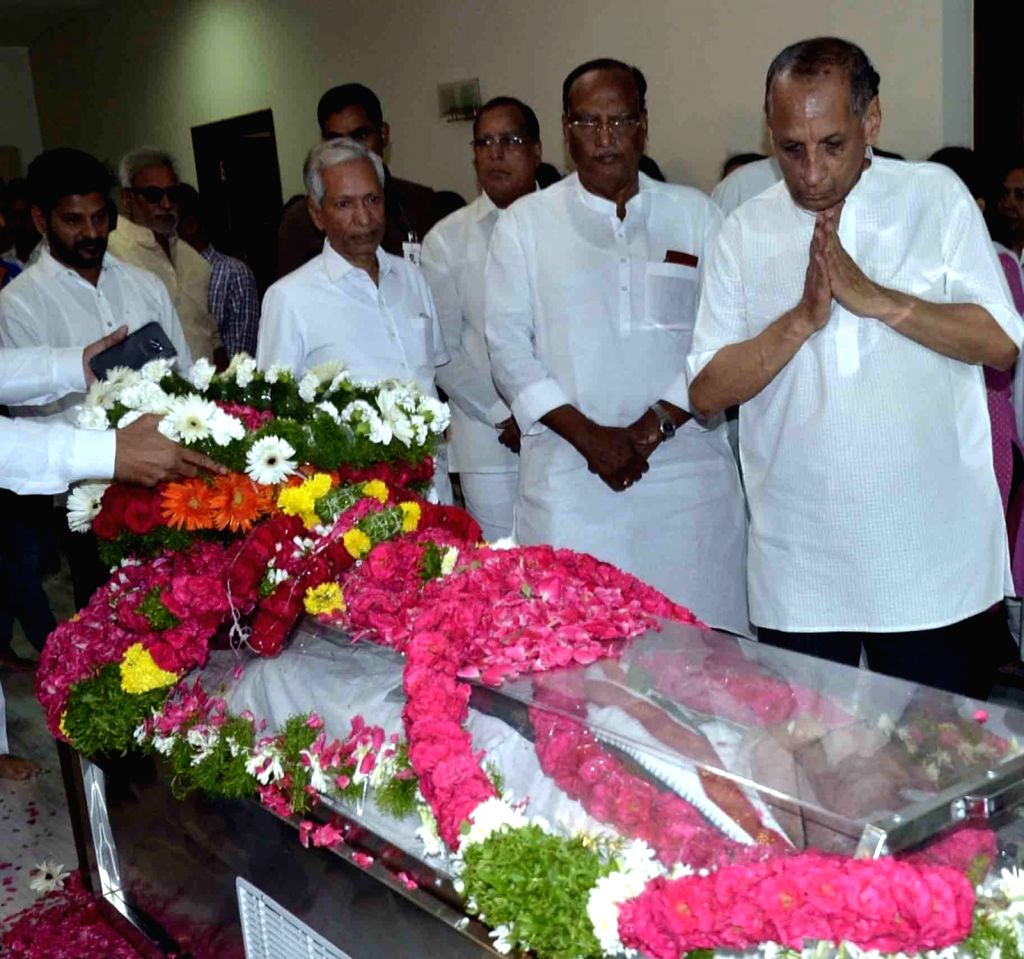 Telangana Governor ESL Narasimhan pays homage to senior Congress leader and former Union minister S. Jaipal Reddy in Hyderabad on July 28, 2019. Jaipal Reddy passed away in the early hours ... - S. Jaipal Reddy
