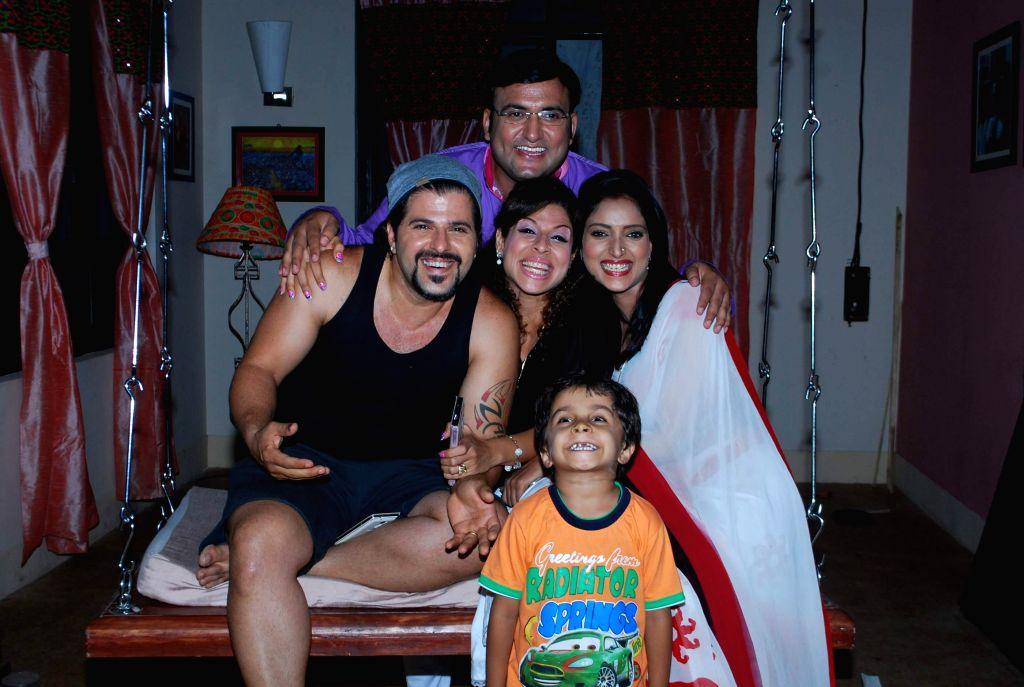 Television actor Bakhtiyaar Irani along with his wife and actor Tanaaz Currim during the on location shoot of the Sab TV serial Bade Door Se Aaye Hain in Mumbai June 16, 2014. - Bakhtiyaar Irani