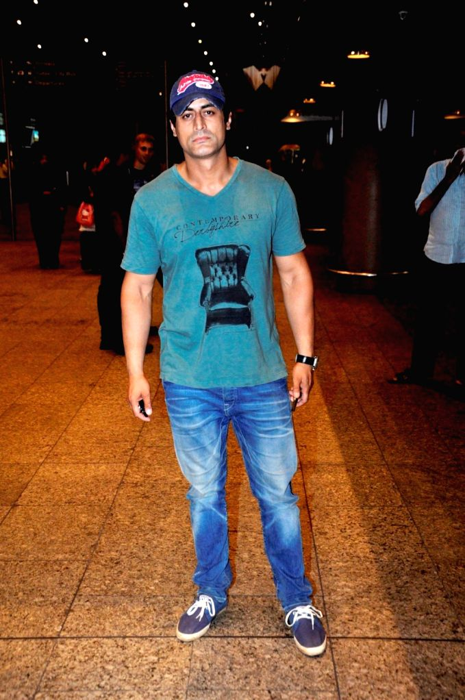 Television actor Mohit Raina at the Chhatrapati Shivaji International Airport, in Mumbai, on June 27, 2016. Actor arrived after attending the International Indian Film Academy (IIFA) Awards, ... - Mohit Raina