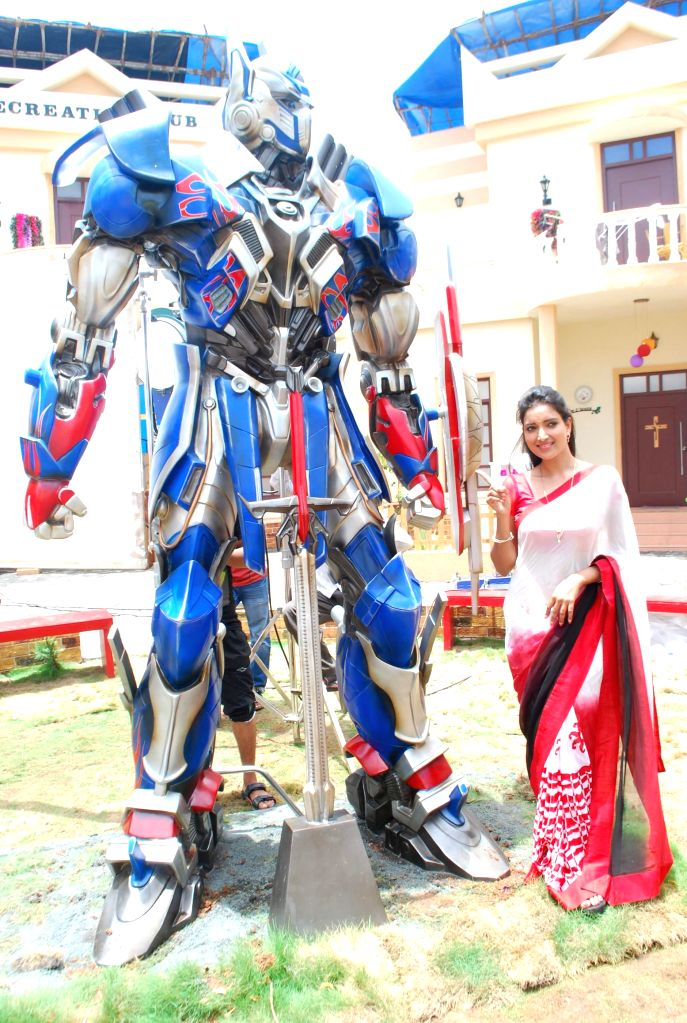 Television actor Rupali Bhosale during the on location shoot of the Sab TV serial Bade Door Se Aaye Hain in Mumbai June 16, 2014. - Rupali Bhosale