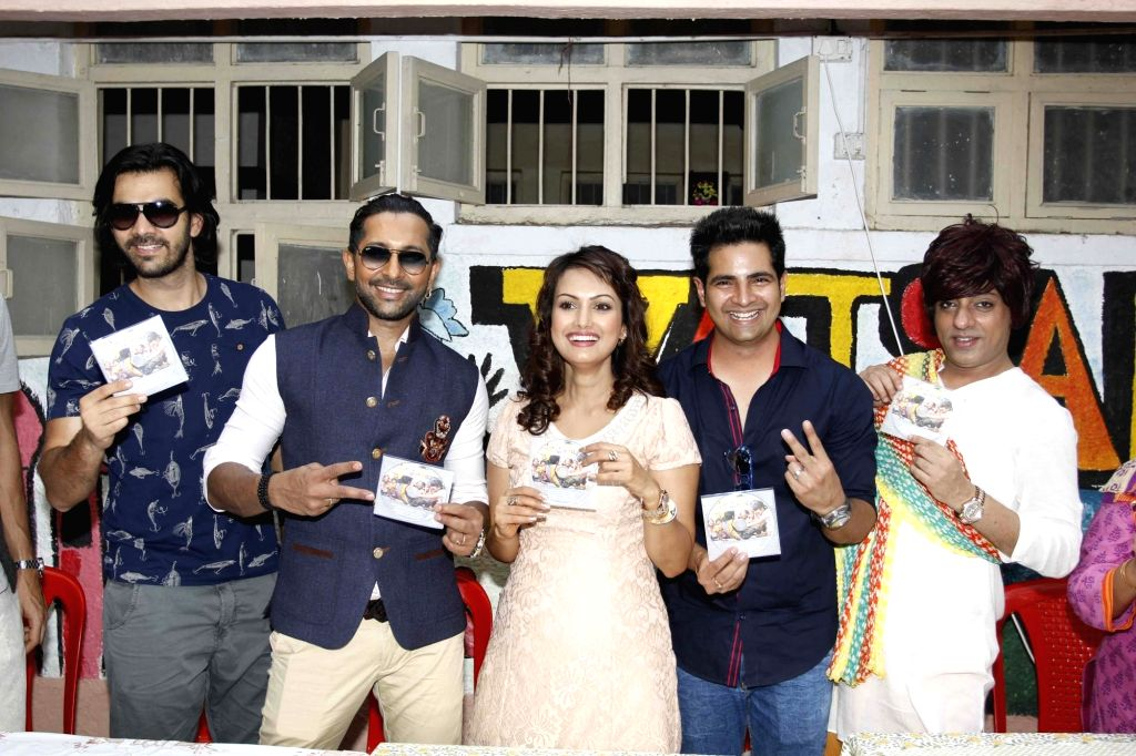 Television actors Hanif Hilal, Karan Grover, Terence Lewis, Nisha Rawal, Karan Mehra and Rohit Verma during during the launch of Nisha Rawal's song, Choti si Asha, to raise funds for under ... - Hanif Hilal, Karan Grover, Terence Lewis, Karan Mehra and Rohit Verma