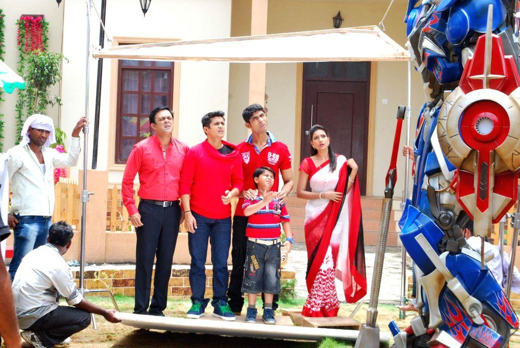 Television actors Sujay Bhagwe, Sumeet Raghavan, Rupali Bhosale, Vinay Rohrra with a child actor during the on location shoot of the Sab TV serial Bade Door Se Aaye Hain in Mumbai June 16, 2014. - Sujay Bhagwe, Sumeet Raghavan, Rupali Bhosale and Vinay Rohrra
