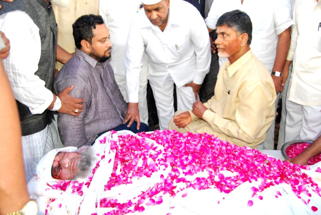 Telugu Desham Party chief N. Chandra Babu Naidu paying tribute to TDP leader Lal John Pasha who died in a accident near Narketpally Road in Andhra Pradesh on August 15, 2013. (Photo::: IANS)