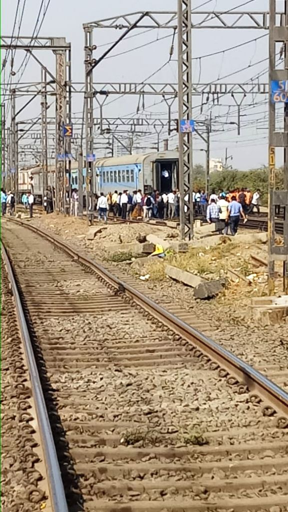 Thane: Coaches of Manmad-Mumbai Panchavati Express after its engine got uncoupled and started moving ahead, leaving the rest of the train behind, near Kalyan station in Maharashtra's Thane, on March 7, 2019. (Photo: IANS)