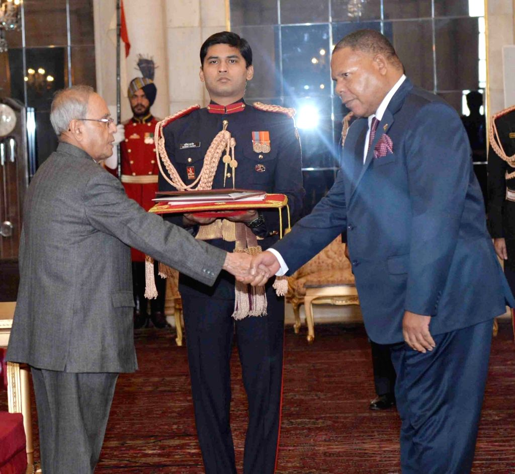 The High Commissioner-designate of the Republic of Malawi Dr. Mbuya Isaac Munlo presents his Credential to President Pranab Mukherjee, at Rashtrapati Bhavan, in New Delhi on Dec 7, 2015. - Pranab Mukherjee