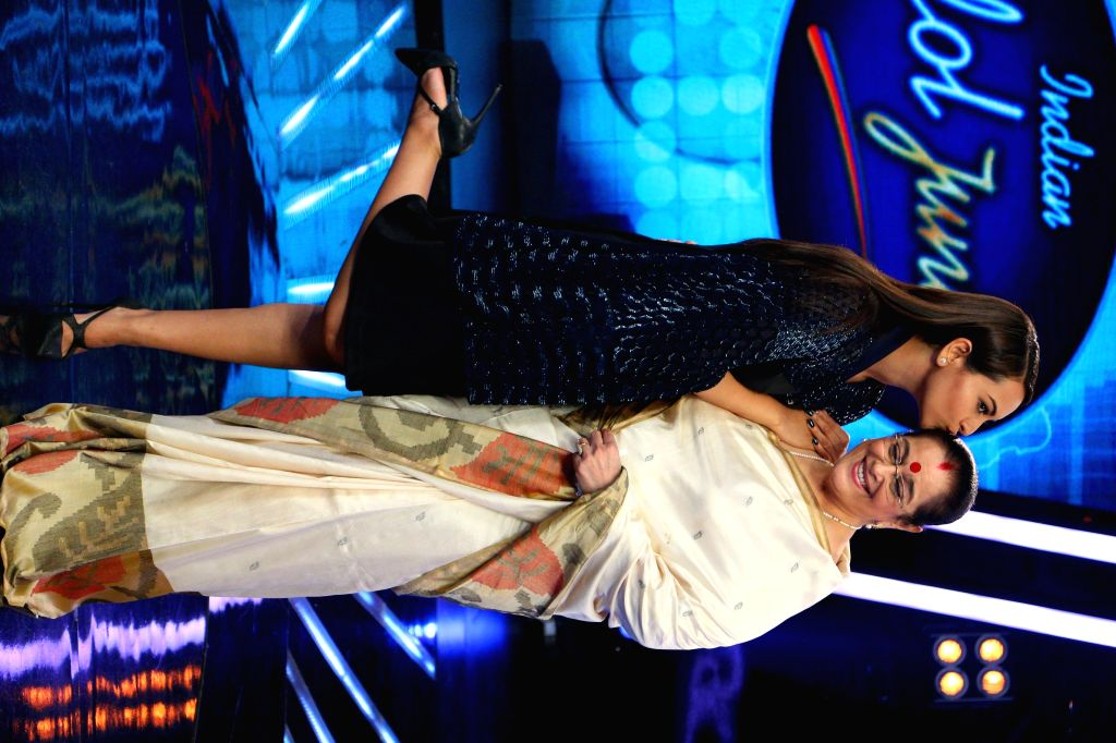 The judge of ``Indian Idol Junior`` Sonakshi Sinha with her mother Poonam Sinha on the sets of ``Indian Idol Junior`` in Mumbai. on Aug 17, 2015. - Sonakshi Sinha and Poonam Sinha