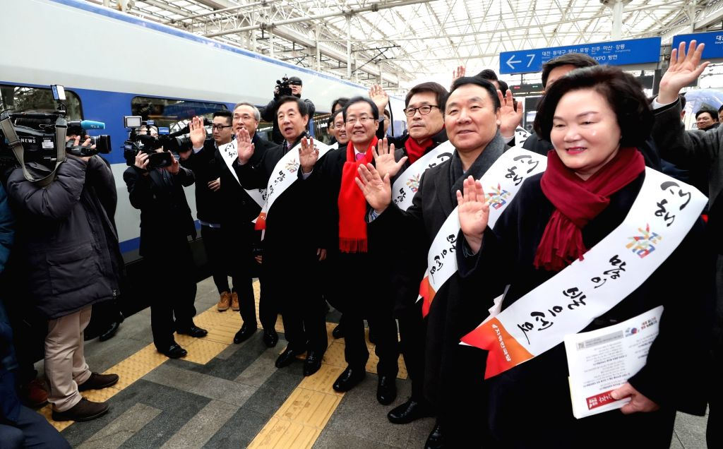The leadership of the main opposition Korea Liberty Party, including its chief, Hong Joon-pyo (4th from R), sends off homebound passengers at Seoul Station on Feb. 14, 2018, as South Korea's ...