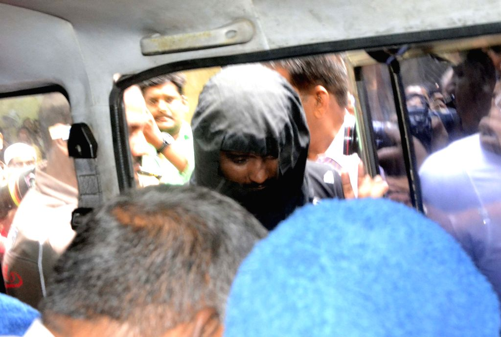 The main accused of Malvani illicit liquor case Atiq being taken to be produced before a Mumbai Court on June 24, 2015.