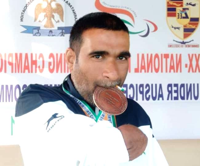The man who won 150 medals in swimming after losing both hands in 2 mishaps