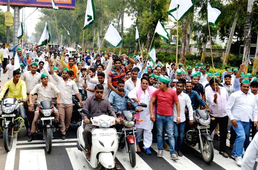The members of Bhartiya Kisan Union (BKU) demonstrate outside the DM`s office in Ghaziabad on Oct 28, 2015.